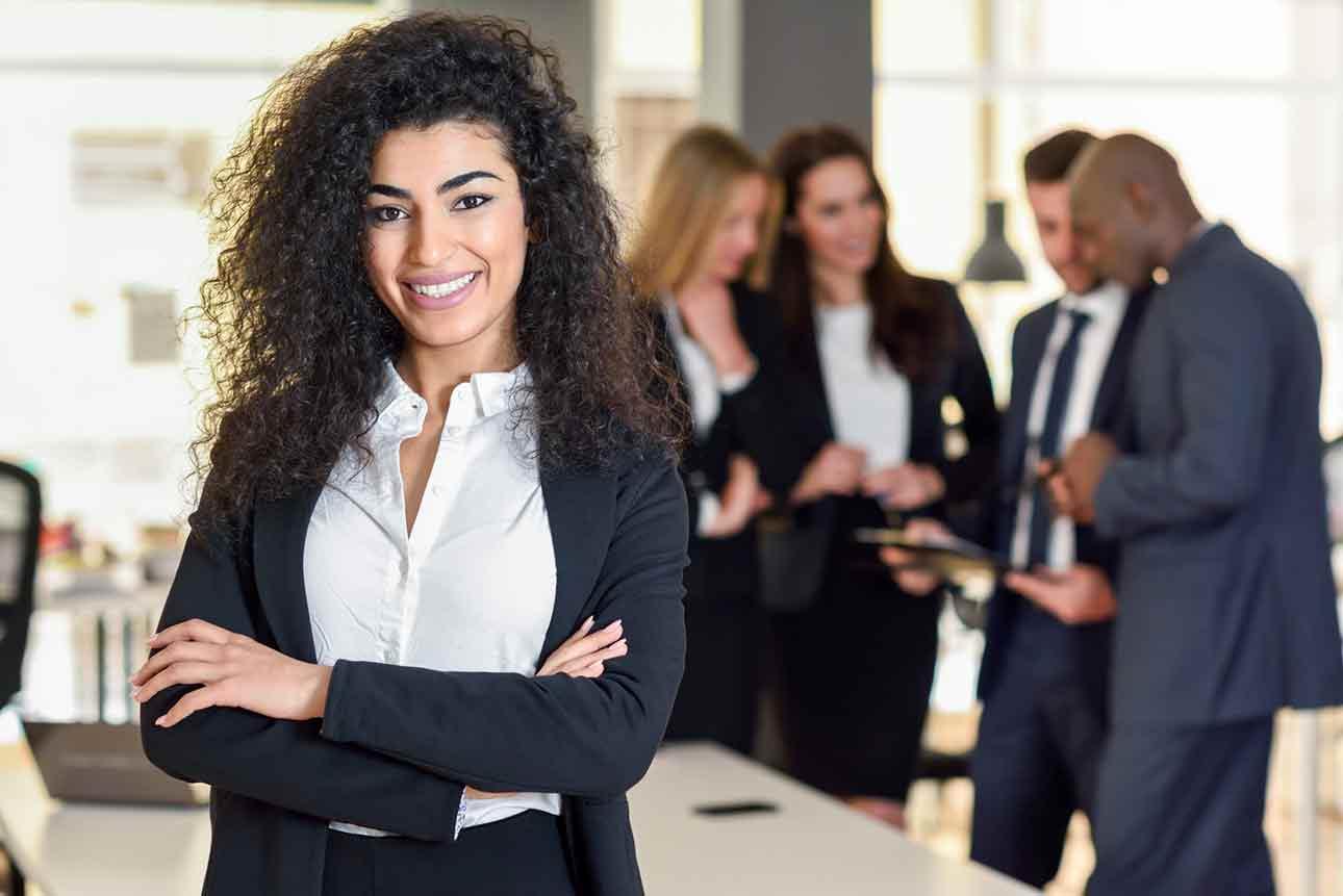 Une femme d'affaires réunionnaise dans un bureau moderne qui travaille déjà avec notre entreprise.